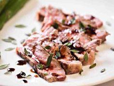Tagliata di Manzo (rosa gebratenes aufgeschnittenes Rindsfilet an Balsamicosauce) Zubereitung: Der Rosmarin wird mit einem Gemüsehobel fein gehackt und zusammen mit dem Olivenöl, sowie Salz und …