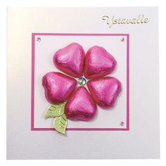 Korttiin on kiinnitetty suklaasydämiä kukan muotoon voimateipin avulla. Tarvikkeet ja ideat Sinellistä!
