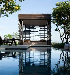Gartenpavillion eckig aus Holz am Pool