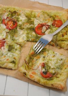 Plaattaart met pesto, tomaat en mozzarella (use nutritional yeast instead of cheese > vegan) Pizza Nutrition Facts, Cottage Cheese Nutrition, Nutrition Shakes, Nutrition Diet, I Love Food, Good Food, Yummy Food, Vegetarian Recipes, Recipes