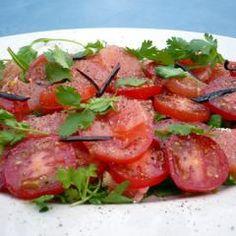 So einen grandiosen Tomaten-Salat hast du noch nie gegessen! Ob zum Grillen oder zu belegten Broten: Der Tomaten-Grapefruit-Salat wird dein neuer Genießer-Salat werden!