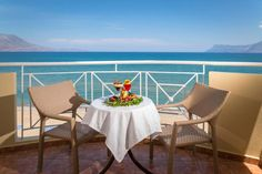Sunny Bay || On the beachfront of Kissamos, Sunny Bay Hotel offers accommodation with sea or pool views, traditional Cretan cuisine and free Wi-fi. Kissamos's centre is an easy 10-minute walk.