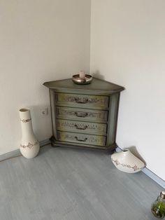 #paintedfurniture #chalkpaint #dizzyduck #shabby #möbeleben #kreidefarbe #handbemalt #möbel #unikat #upcycling #einzelstück #design #upcycled #nachhaltig #inachhaltigkeit #vintage #möbeldesign Nightstand, Modern, Shabby, Furniture, Table, Vintage, Home Decor, Repurpose, Timber Wood