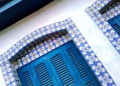 Janela de uma das casas em estilo colonial em Cananéia