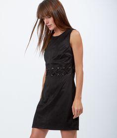 Jeu de laçage tendance pour cette petite robe noire coup de cœur! Avec des bottines et un maxi gilet, on la joue casual.   - Robe  - Col rond  - Sans Manches  - Laçage  - Noir  - Le mannequin mesure 173cm et porte une taille S/36