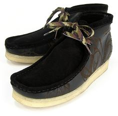 Graf legend FUTURA teamed up with Clarks for the time to create the limited edition Atomic Wallabee. Based on the comfortable Clarks Wallabee with a Clarks Shoes Mens, Best Comfortable Shoes, Mens Casual Leather Shoes, Trainer Boots, Clarks Originals, Swagg, Black Boots, Shoe Boots, Mens Fashion