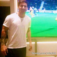 Leo assistindo jogo do Barça : Olá,  Ontem o Barcelona venceu o Bate Borisov por  2 x 0, jogo válido pela Champions League, Leo postou uma foto assistindo ao jogo pra apoiar a equipe.  Bj | yolepink