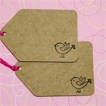 Tag em papel kraft - Passarinho Handmade Tags, Handmade Crafts, Diy And Crafts, Envelopes, Craft Booth Displays, Book Markers, Ideias Diy, Printable Labels, Kids Cards
