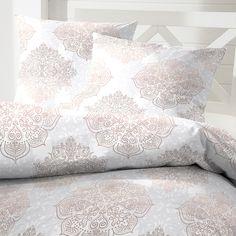 Feinbiber Bettwäsche Kiew braun aus kuschelig warmer Baumwolle. Elegant präsentieren sich die zarten Ornamente auf dem hellen Grund der weichen Winterbettwäsche. Für einen Hauch Eleganz im Schlafzimmer darf die flauschige Garnitur im Winter nicht fehlen. #bettwäsche #beddingset #snow #winter #2017 #ornamente #sleeping #sleep #bedroom #biber #baumwolle  www.bettwaren-shop.de
