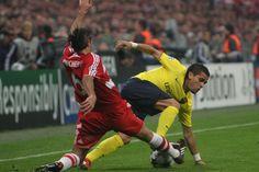 Demichelis realiza una entrada ante Dani Alves en el partido de vuelta de cuartos de final de la Champions disputado en 2009.