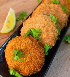 Ingredients: 500 gm boneless chicken 2 boiled potatoes 1 carrot grated 1 onion finely chopped 1 tbsp crushed garlic 1 tbsp Ginger 1 green capsicum finely chopped green chilies 2 tbsp all purp… Chicken Cutlet Recipes, Chicken Snacks, Cutlets Recipes, Kebab Recipes, Chicken Cutlets, Veg Recipes, Indian Food Recipes, Cooking Recipes, Chicken Kebab