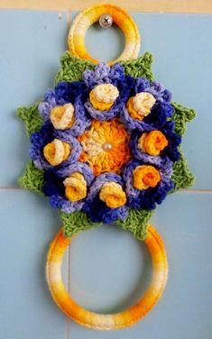 Porta pano de prato laranja azul e verde Crochet Towel Holders, Crochet Towel Topper, Crochet Christmas Wreath, Christmas Wreaths, Crochet Kitchen Towels, Owl Crochet Patterns, Crochet Trim, Crochet Earrings, Diy Crafts