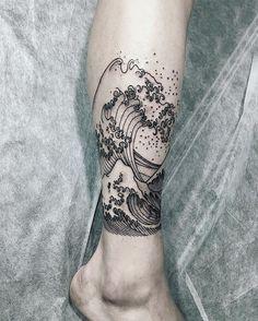 32 Unique Wrist Tattoos For Guys – Sleeve Ideas Wave Tattoo Sleeve, Ocean Sleeve Tattoos, Wrist Tattoo Cover Up, Ocean Tattoos, Wrist Tattoos For Guys, Tattoo Hand, Leg Band Tattoos, Line Tattoos, Forearm Tattoos