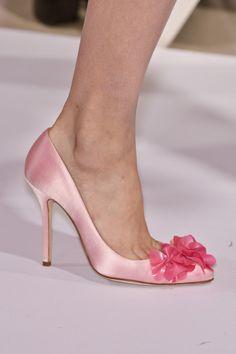 Tendencias zapatos de salón en saten rosa #moda #estilo