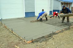 diy outdoor projects How to pour concrete sidewalks and outdoor pads. Step by step with photos. How To Lay Concrete, Concrete Pad, Concrete Projects, Backyard Projects, Outdoor Projects, Easy Diy Projects, Home Projects, Laying Concrete, Concrete Tools