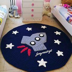 Sizes and colors are available. For order: Inbox plz Whatsapp: 03317884723 Crochet Mat, Crochet Carpet, Crochet Home, Crochet For Kids, Crochet Crafts, Crochet Projects, Baby Girl Crochet Blanket, Animal Rug, Knit Rug