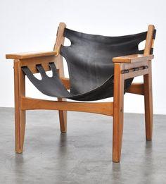 Sergio Rodrigues; Brazilian Pine and Leather 'Kilin' Chair for OCA, 1973 (identidade brasileira). Custo mais baixo para ser acessível ao público.