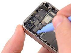 STAP 5  Gebruik de rand van een plastic openingstool om de connector van de camera aan de achterkant los te wrikken uit de aansluiting op het logic board.  Wees voorzichtig dat u onderdelen rondom de omgeving van het logicboard niet beschadigt tijdens het loswrikken.