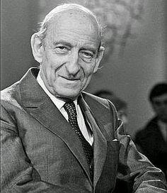 """""""Un pays respecté à l'extérieur et en paix à l'intérieur est un vrai état nation."""" Raymond Aron."""