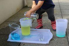 Transvaser de l'eau colorée