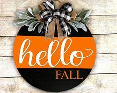 Halloween Door Hangers, Fall Door Hangers, Wooden Door Signs, Diy Wood Signs, Fall Signs, Hello Autumn, Wood Crafts, Diy Crafts, Wood Wreath