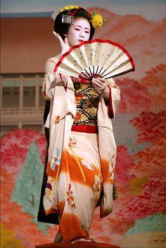 Fan dance maiko