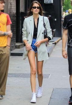 Este blazer estiloso conquistou Taylor Swift, Kaia Gerber e Dakota Fanning Kaia Gerber, Looks Street Style, Street Style Summer, Spring Style, Models Off Duty, Modell Street-style, Maxi Blazer, Dior, Look Blazer