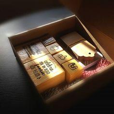 Nada más lindo que el toque de un bello sello en papeles, bolsas, etiquetas y cajas. 😍En @laselleriauy diseñamos Kits especiales para emprendedores que aman lo que hacen y buscan cuidar cada detalle. Una manera simple y muy económica de personalizar tus Packagings!📦📦 Consultanos! 📩    #stamp #handmade #craft #emprendedores #diseño #personalizado #sello #uruguay #box #Packaging #tarjetas #etiquetas #madewithlove