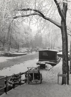 1939. A Winter scene of a canal with snow in Amsterdam. Photo Spaarnestad. #amsterdam #1940