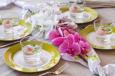 Umělé květiny nemusí patřit jen do vázy. Skvěle poslouží i jako dekorace stolu pro výjimečné příležitosti. Na blogu jsme pro vás připravili návod na aranžování umělé orchideje, kterou můžete v různých barvách koupit na našem e-shopu.