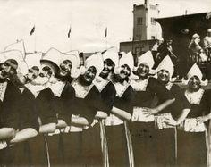 Klederdracht : Groep vrouwen in Volendamse klederdracht bijeen. Nederland, Volendam, 1928. #NoordHolland #Volendam