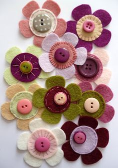 felt fabric crafts Selbstgenaehtes d - fabriccrafts Button Art, Button Crafts, Felt Flowers, Fabric Flowers, Button Flowers, New Crafts, Crafts For Kids, Felt Crafts Diy, July Crafts