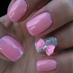 Manicura cuadrada en Rosa dulce anular en plata con moño 3D en tono Rosa dulce
