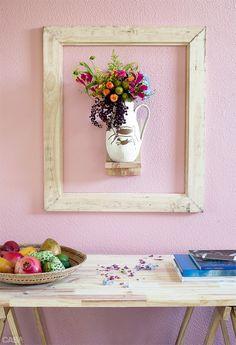 01-moldura-destaca-o-vaso-de-flor-na-parede