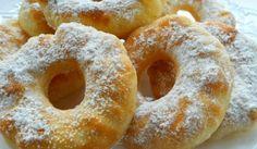Jemné kefírové koblihy bez dlouhého kynutí.      2 1/2 hrnku hladké mouky     250 ml kefíru     5 lžic krupicového cukru     1vejce     3 lžíce oleje     1/2 lžičky jedlé sody     špetka soli     olej na smažení     moučkový cukr na posypání