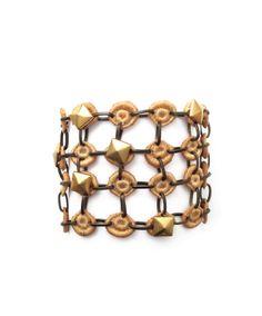 NOE Brazalete con pequeñas piezas de #encaje engarzadas individualmente, coronado con un broche de bronce pulido. #jewelry #rock Precio:172€