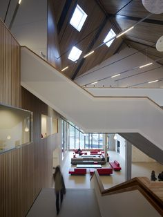 Het Amsterdam University College (AUC) is een openbaar liberal arts college… Amsterdam University, University College, Skylight Glass, Architects Journal, Science Park, Liberal Arts College, Roof Structure, Hotel Interiors, Atrium