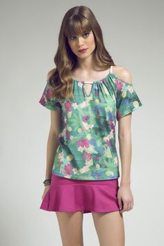 Blusa com estampa tropical, open shoulder e amarração de corda no decote e alças. A saia peplum rosa vem para dar um toque vibrante!