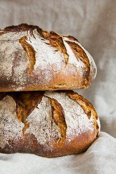ღღ Rustikales Bauernbrot German bread - that's what real good bread looks like. Bread Bun, Pan Bread, Bread Baking, Pain Artisanal, Law Carb, German Bread, Rustic Bread, Our Daily Bread, Artisan Bread