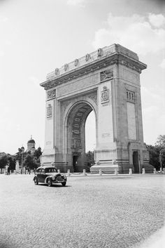 Arcul de Triumf Vintage Architecture, Beautiful Architecture, History Of Romania, Paris, Bucharest Romania, Old City, Old Photos, Beautiful Places, Louvre