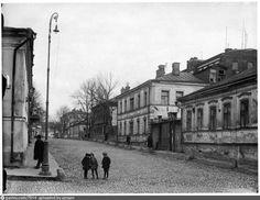 Москва, Гендриков переулок (переулок Маяковского15/13). В 1926г. Маяковский и Брики получили четыре комнаты на втором этаже.