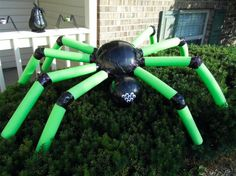 Two plastic balls (got mine in the toy dept at walmart), four pool noodles, and some black duct tape = big (but lightweight) Halloween spider :) Halloween Prop, Pool Noodle Halloween, Pool Noodle Crafts, Halloween Party Decor, Diy Halloween Spider, Diy Projects For Halloween, Halloween Crafts, Scary Halloween Yard, Pool Noodle Wreath