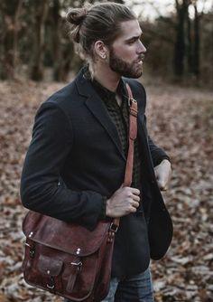 """""""Alex"""" ist auch für den Mann mit seinem lässigen Look ein brillanter Begleiter.  Im angesagten Vintage-Look bietet Dir die Tasche genügend Platz für deine wichtigsten Sachen im Alltag. Sowohl das 15 Zoll Notebook  als auch A4-Dokumente und Aktenordner kannst Du hier problemlos unterbringen. - Ledertasche - Gusti Leder - U1 (@bendahlhausofficial auf Instagram)"""