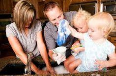 Beaucoup des jeunes restent a la maison pour aider ses parents faire la vaisselle.