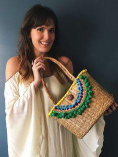 PRODUTO OFFLINE Oops, este produto ainda não está disponível online. Enquanto isso: Você pode fazer a sua compra por e-mail: ibiagini@hotmail.com Ou pelo WhatsApp, através do número: (11)998725640 Lace Bag, Rainy Day Crafts, Embroidery Bags, Boho Bags, Basket Bag, Summer Bags, Crochet, Clutch Bag, Straw Bag