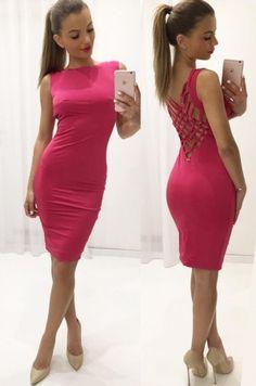 Jednoduché puzdrové šaty s extravagantnou zadnou časťou. Šatky sú vhodné na akúkoľvek spoločenskú udalosť.