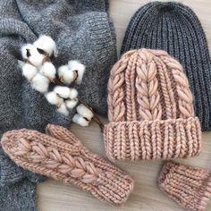 В комплект к шапке #olika_koloski_hat вяжутся тёплые и мягкие варежки #теплыеварежки #варежкиспицами #варежки #шапкакрупнойвязки #объемнаяшапка