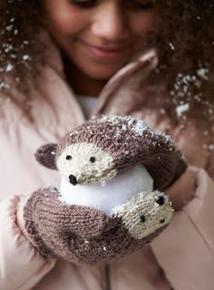 Baby Knitting Patterns Mittens Make these sweet hedgehog mittens as a gift for your daughter or niece this holi. Baby Knitting Patterns, Free Knitting, Baby Patterns, Knitting Ideas, Sewing Patterns, Scarf Patterns, Knitting Socks, Afghan Patterns, Knitting Charts