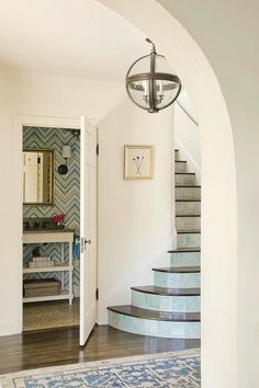 Markatos Design Love those tiles on the steps of the stairs. House of Turquoise: Christine Markatos DesignLove those tiles on the steps of the stairs. House of Turquoise: Christine Markatos Design Spanish Colonial Homes, Colonial Style Homes, Spanish Style Homes, Spanish Bungalow, Spanish Revival, Santa Monica, Tiled Staircase, Staircases, Mirror Stairs