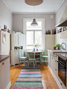 Perinteitä kunnioittaen remontoitu koti on kuin pala mennyttä maailmaa 50s Style Kitchens, Galley Kitchens, Cool Kitchens, Cottage Design, Cottage Style, Holland House, Retro Home, Kitchen Styling, Rustic Kitchen